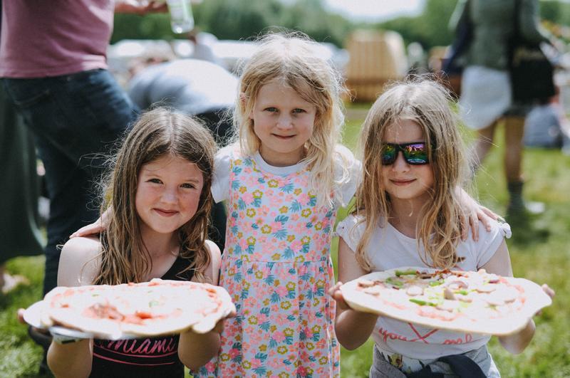 mattaustin-fair2018-happy-kids-with-pizza